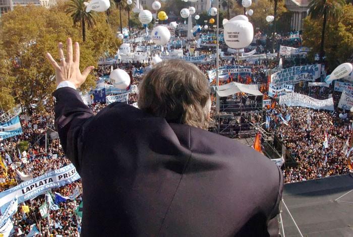 """Acto en la Plaza de Mayo bajo la consigna """"La patria somos todos"""""""